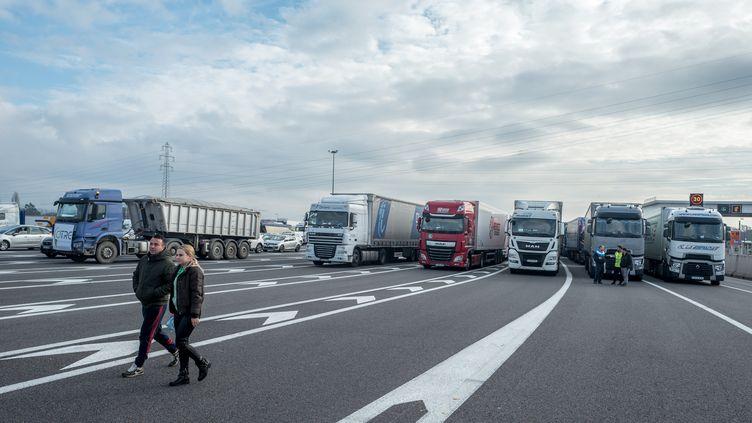 Des routiers bloquent une autoroute à Labège (Haute-Garonne), le 7 décembre 2019. (FREDERIC SCHEIBER / HANS LUCAS / AFP)