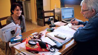 Un médecin (à droite) parle avec une patiente dans son cabinet médical. (AFP)