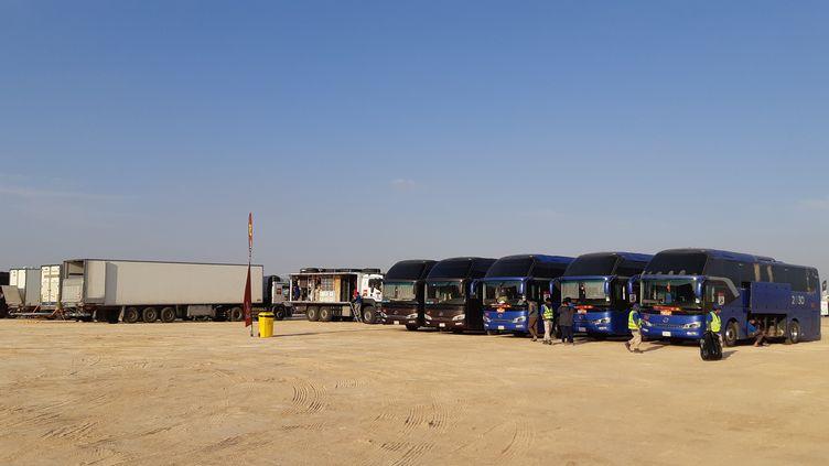 Des cars de l'organisation du rallye Dakar, en Arabie saoudite, le 15 janvier 2020. (LAURENT MACCHIETTI / RADIO FRANCE)