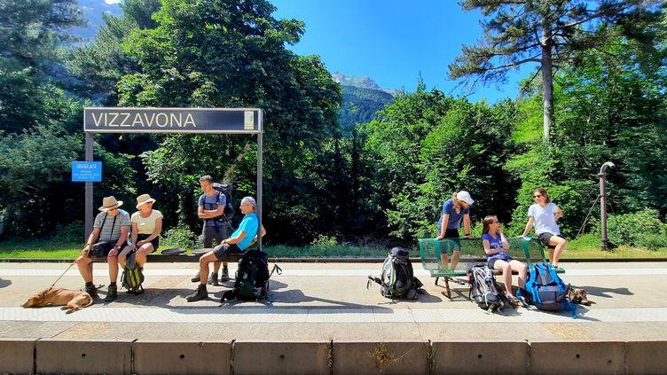 A la gare de Vizzavona, à mi-chemin du GR 20, se croisent de nombreux randonneurs, qui débutent ici leur périple, ou l'achèvent, et prennent le train direction Bastia ou Ajaccio. (BENJAMIN ILLY / RADIO FRANCE)