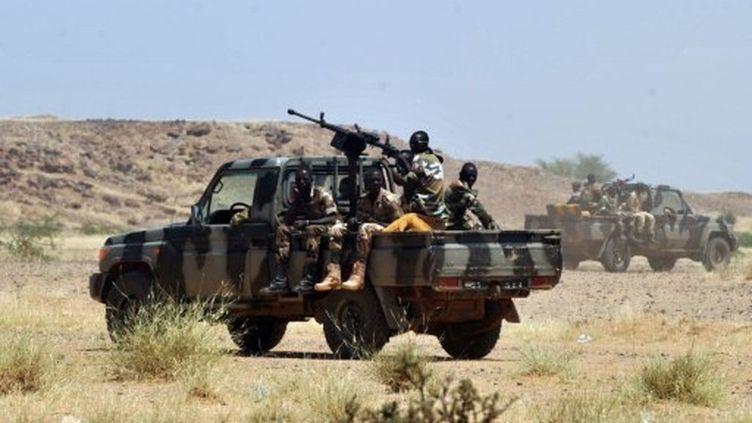 Une patrouille nigérienne après des enlèvements revendiqués par l'AQMI de Français salariés d'Areva (AFP/ISSOUF SANOGO)