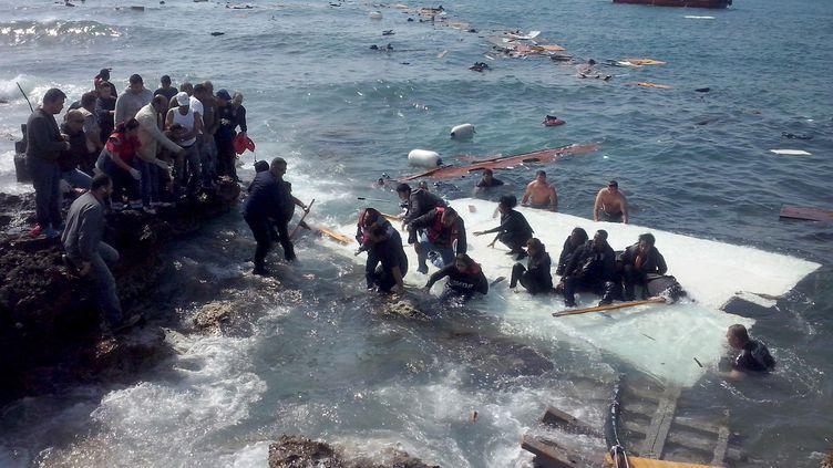 Migrants clandestins en difficulté sur les côtes de l'île de Rhodes (Grèce), le 20 avril 2015. (ATHENS NEWS AGENCY / ANADOLU AGENCY / AFP)