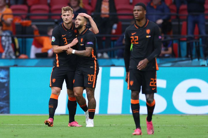 Matthijs de Ligt, Memphis Depay et Denzel Dumfries (de gauche à droite), pendant le match face à la Macédoine du Nord, lundi 21 juin, à Amsterdam. (KENZO TRIBOUILLARD / POOL / AFP)