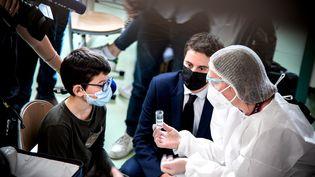 Le porte-parole du gouvernement Gabriel Attal est en déplacement a Lyon pour le lancement de la campagne de tests salivaires à Lyon, le 26 fevrier 2021. (MARINE GONARD / HANS LUCAS / AFP)