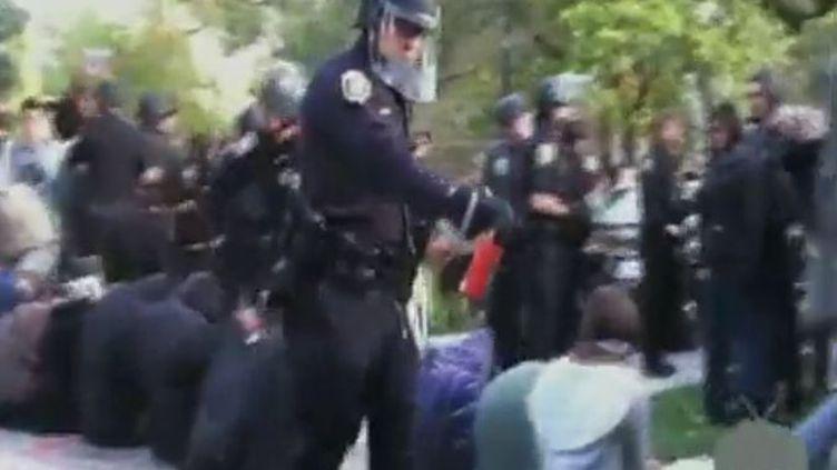 Des policiers aspergent du poivre sur des étudiants de Davis (Californie) vendredi 18 novembre 2011 (Reuters, APTN, CBSNews)