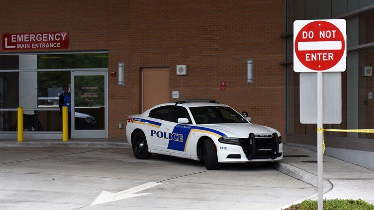 Une voiture de police stationne devant l'un des hôpitaux où des victimes de la tuerie ont été soignées à Orlando (Floride, Etats-Unis), le 12 juin 2016. (YIN BOGU / NURPHOTO / AFP)
