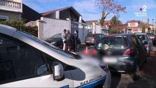 Des policiers devant le pavillon où une soirée clandestine a été organisée et a dégénéré en plein confinement, le 14 novembre 2020 à Joinville-le-Pont (Val-de-Marne). (FRANCE TELEVISIONS)