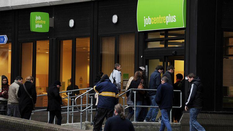 Des chômeurs entrent dans une agence pour l'emploi, à Bromley (Royaume-Uni), le 20 janvier 2010. (BEN STANSALL / AFP)