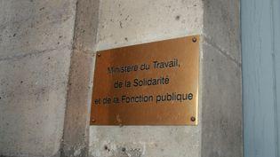 Plaque signalant l'entrée du ministère du Travail, à Paris. Photo d'illustration. (GRÉGOIRE LECALOT / FRANCE-INFO / RADIO FRANCE)