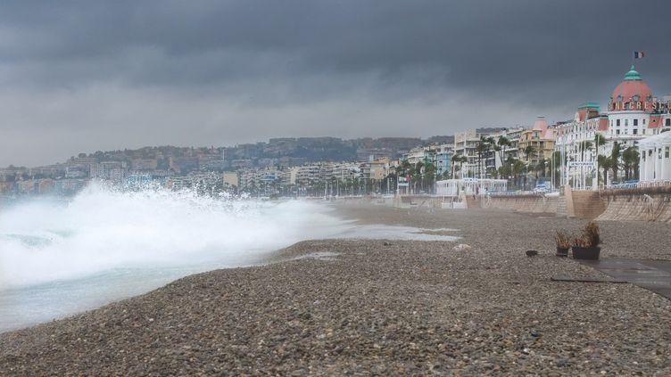 La plage de Nice (Alpes-Maritimes) le 2 octobre 2020 durant le passage de la tempête Alex. (ARIE BOTBOL / HANS LUCAS / AFP)