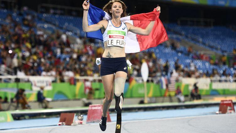 A l'image de Marie-Amélie Le Fur, leader du handisport en France ici aux Jeux paralympiques de Rio en 2016, les athlètes paralympiques font désormais partie de la même équipe de France que les valides. (CHRISTOPHE SIMON / AFP)