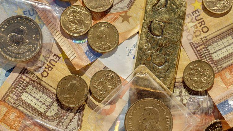Lingot et pièces d'or ainsi que des euros (image d'illustration). (JEAN-MARC QUINET / MAXPPP)