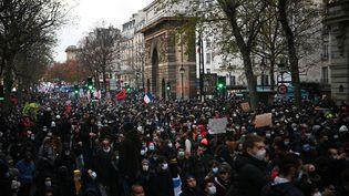 """Des manifestants à Paris le 12 décembre 2020 contre la proposition de loi sur la """"sécurité globale"""". (CHRISTOPHE ARCHAMBAULT / AFP)"""