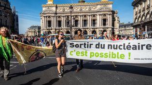 Des activistes manifestent pour la sortie du nucléaire, à Paris, le 13 octobre 2018. (KARINE PIERRE / HANS LUCAS / AFP)