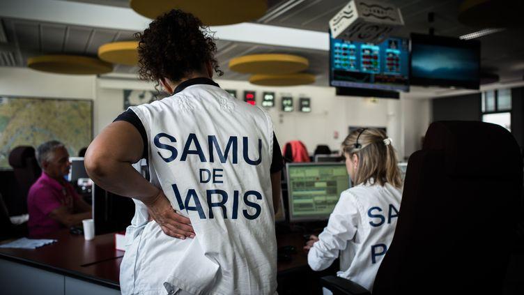 Des salariées du Samu de Paris au centre d'appels de l'hôpital Necker à Paris, le 22 mai 2018. (PHILIPPE LOPEZ / AFP)