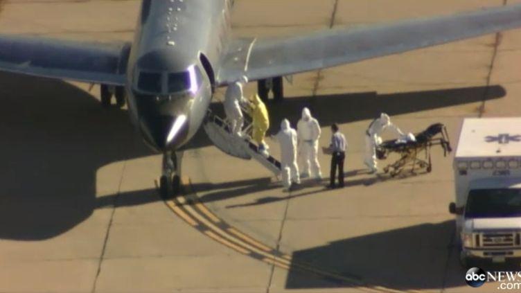 Capture d'écran d'une vidéo d'ABC News montrant l'évacuation d'une patiente américaine atteinte d'Ebola, le 16 octobre 2014, à Atlanta (Géorgie,Etats-Unis). (ABC NEWS)