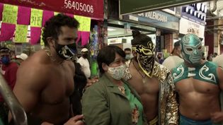 Mexique : les catcheurs professionnels font respecter les gestes-barrières aux habitants (FRANCE 3)