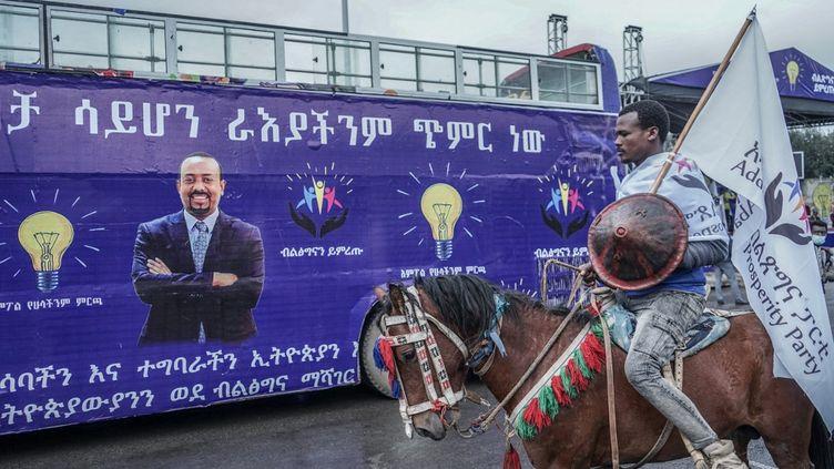 Un cavalier avec un drapeau du Parti de la prospérité à Addis-Abeba, en Ethiopie, le 7 mai 2021. (AMANUEL SILESHI / AFP)
