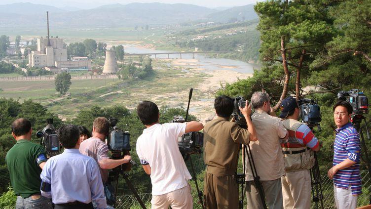 Destruction d'une tour d'un réacteur nucléaire sur le complexe atomique de Yongbyon en Corée du Nord, le 27 juin 2008, en présence de médias étrangers. (MAXPPP)