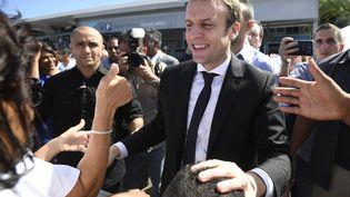 Emmanuel Macron à son arrivée à Saint-Denis-de-la-Réunion, le 25 mars 2017. (ERIC FEFERBERG / AFP)