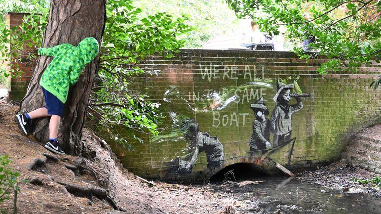 Une œuvre de l'artiste Banksy, dans un parc de Lowestoft (Royaume-Uni) le 8 août 2021. (JUSTIN TALLIS / AFP)