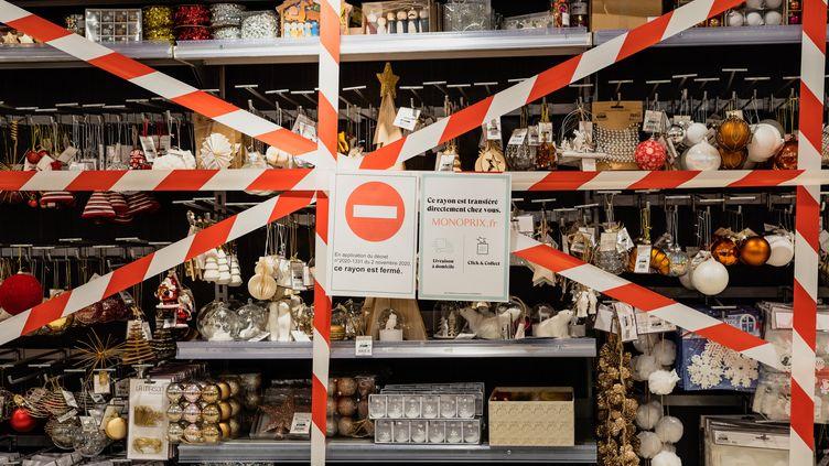Un rayon de décorations de Noël fermé en raison du décret du 2 novembre 2020 interdisant la vente de produits jugés non essentiels, à Paris, le 16 novembre 2020. (AMAURY CORNU / HANS LUCAS)