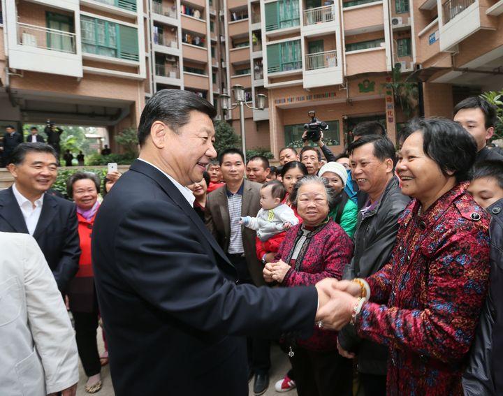 Xi Jinping discute avec des habitants, le 11 décembre 2012 à Shenzhen (Chine). (LAN HONGGUANG / XINHUA / AFP)