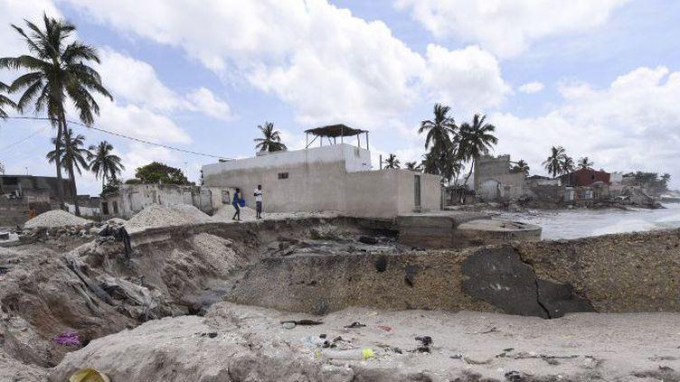 Une plage sénégalaise, prés de Dakar, endommagée par l'érosion. (SEYLLOU / AFP)