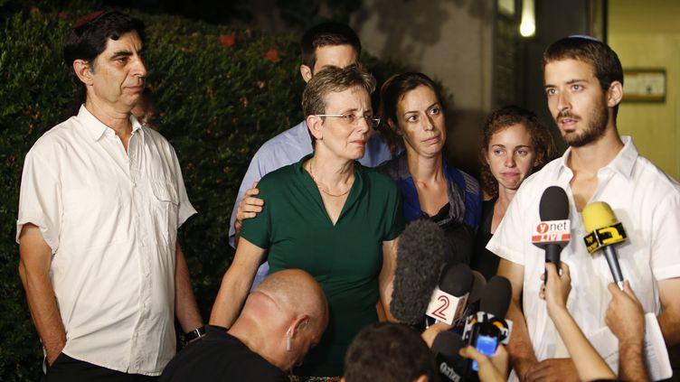 Le frère du soldatHadar Goldin (G.), entouré de sa famille, lors d'une conférence de presse, àKfar Saba (Israël), le 2 août 2014. (NIR ELIAS / REUTERS)