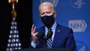 Le président américain Joe Biden lors d'une conférence de presse l'institut national de santé, à Bethesda, dans le Maryland, le 11 février 2021. (SAUL LOEB / AFP)