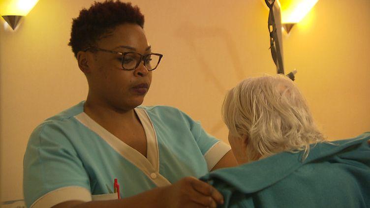 En EHPAD, les aides-soignants sont souvent en première ligne