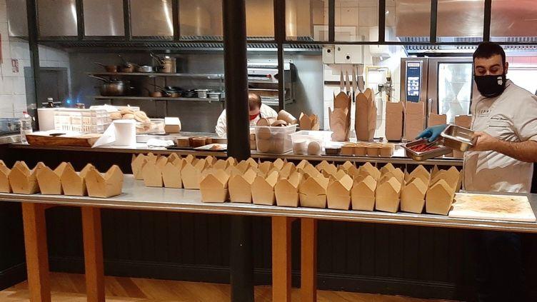 Le restaurant parisienJòia d'Hélène Darroze délivre plusieurs centaines de commandes par jour durant cette deuxième semaine de novembre 2020. (ALAIN GASTAL / RADIO FRANCE)