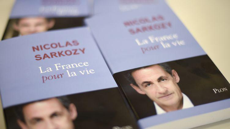 """La couverture du livre """"La France pour la vie"""", de Nicolas Sarkozy, publié le25 janvier 2016. (DOMINIQUE FAGET / AFP)"""