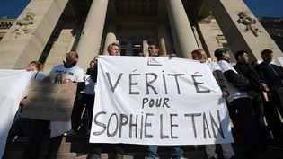 Des soutiens de la famille de Sophie Le Tan manifestent devant le tribunal de Strasbourg (Bas-Rhin), le 5 octobre 2018. (FREDERICK FLORIN / AFP)
