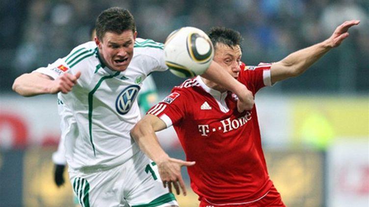 Ivica Olic (Bayern Munich) au duel avec le défenseur Alexander Madlung (Wolfsburg). (RONNY HARTMANN / DDP)