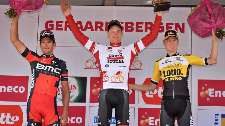Tim Wellens sur le podium du Tour du Bénélux, où il a devancé Greg van Avermaet et Wilco Kelderman. (DAVID STOCKMAN / BELGA MAG)