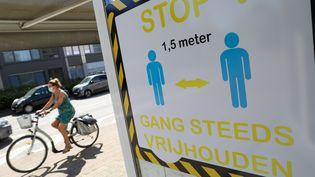 Un panneau alerte sur les mesures de distanciation physique à Borseek, en Belgique, le 21 juillet 2020. (MAXPPP)