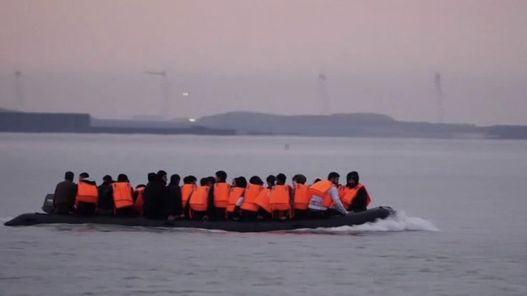 Le ministre de l'Intérieur français, Gérald Darmanin, réclame 63 millions d'euros au Royaume-Uni. Une somme promise par les Britanniques pour lutter contre les traversées illégales de la Manche. (CAPTURE ECRAN / FRANCEINFO)