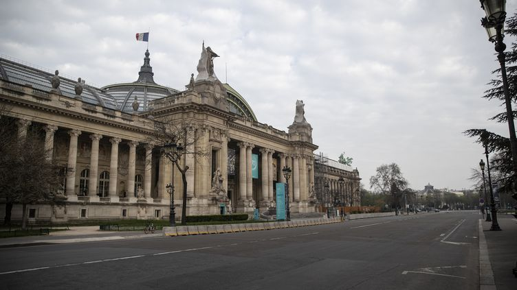 Rue déserte devant le Grand Palais (Paris), le 20 mars 2020, au quatrième jour du confinement en raison du coronavirus (THOMAS SAMSON / AFP)