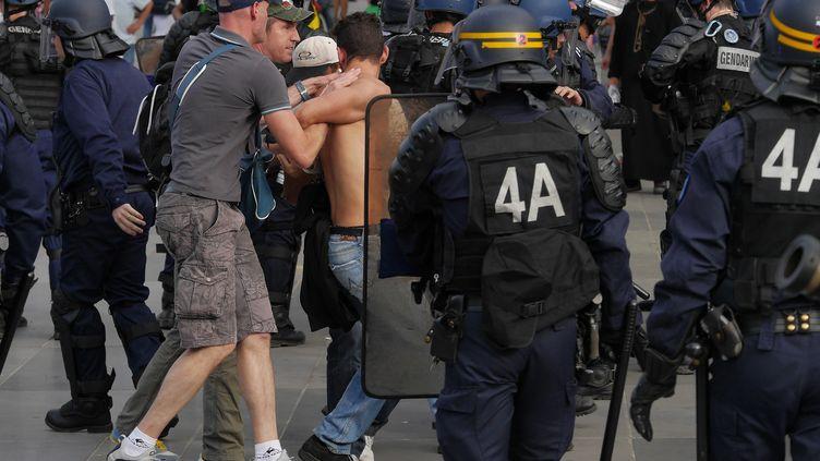 Un manifestant pro-palestinien interpellé à Paris, samedi 26 juillet 2014. (MUSTAFA YALCIN / ANADOLU AGENCY / AFP)