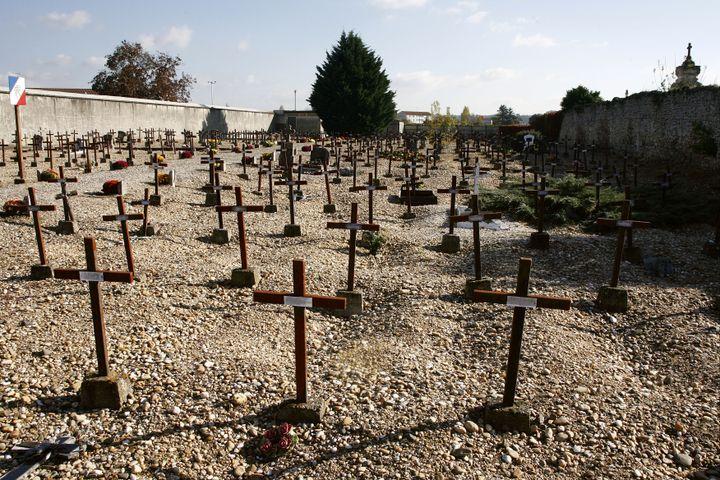 """Le """"cimetière des fous"""" de Cadillac (Gironde),le 30 octobre 2007, où reposent des soldats de la Première Guerre mondiale. (JEAN-PIERRE MULLER / AFP)"""