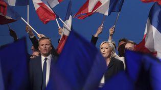 Le président de Debout la France, Nicolas Dupont-Aignan, et la candidate du Front national, Marine Le Pen, en meeting au parc des expositions de Villepinte (Seine-Saint-Denis), le lundi 1er mai 2017. (JOEL SAGET / AFP)