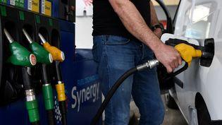 Le prix à la pompe se stabilise ces dernières semaines. Photo d'illustration. (FRANCK FIFE / AFP)