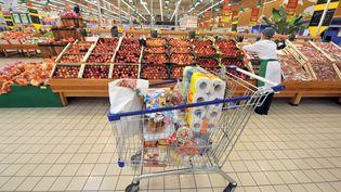 Dans les rayons d'une grande surface. Le prix est le critère numéro 1 des Français quand ils font leurs courses. (MYCHELE DANIAU / AFP)