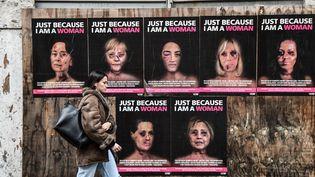 Des affiches contre les violences faites aux femmes à Milan en Italie, le 15 janvier 2020. (MIGUEL MEDINA / AFP)