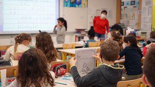 Une enseignante donne cours à un classe de CE2 à Bruyères-le-Châtel (Essonne), le 19 janvier 2021. (MYRIAM TIRLER / HANS LUCAS / AFP)