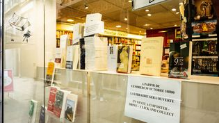 La devanture d'une librairie de Perpignan (Pyrénées-Orientales),proposant le service de click and collect, le 31 octobre 2020. (JEAN-CHRISTOPHE MILHET / HANS LUCAS / AFP)
