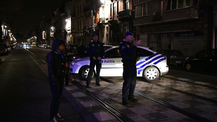 Des policiers belges à Schaerbeek (Belgique), le 22 mars 2016. (PATRIK STOLLARZ / AFP)