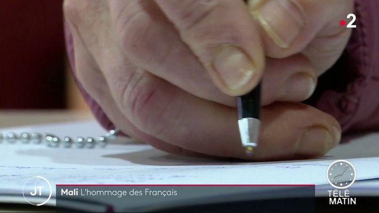 Signature d'un registre de condélances à la mairie du Teich (France 2)