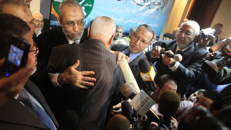 Mohammed Badie, le nouveau leader des Frères musulmans félicité par son prédécesseur, Mohammed Akef. (AFP - Victoria Hazou)